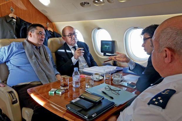 Dans l'avion pour Moscou, le 21 décembre. Fait exceptionnel, Jean-Yves Le Drian est accompagné de son directeur de cabinet, Cédric Lewandowski, homme-clef du ministère.