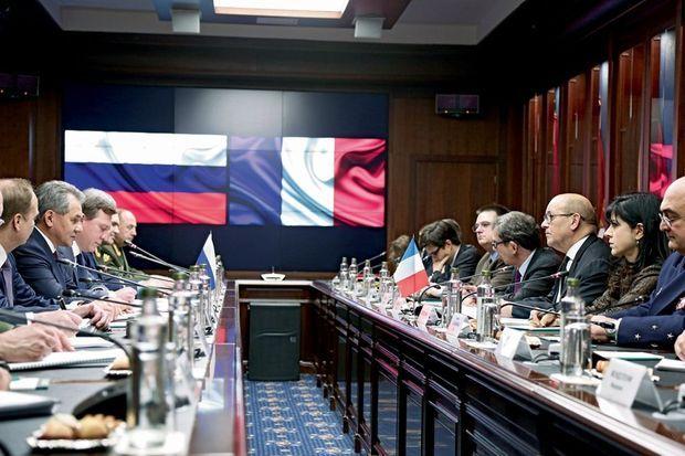 L'heure des négociations pour Choïgou et Le Drian. Le ministre ira ensuite en Jordanie, aux Emirats arabes unis et sur le porte-avions « Charles-de-Gaulle », avant de se rendre en Turquie à la demande du président Hollande.