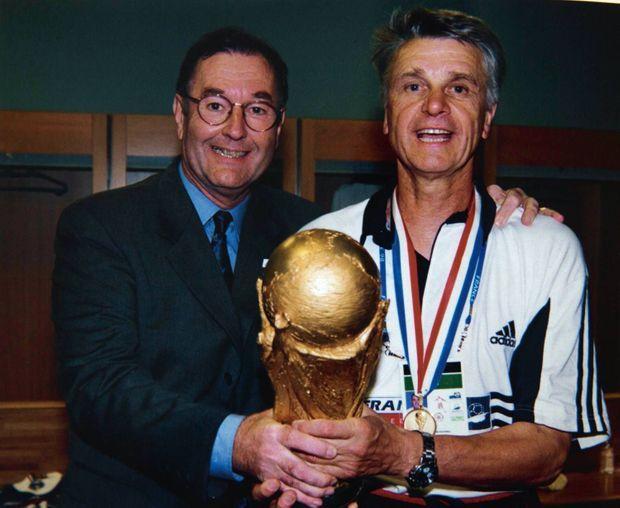Il forme avec Aimé Jacquet un tandem inséparable. Ici dans les vestiaires des Bleus après le triomphe de 1998.