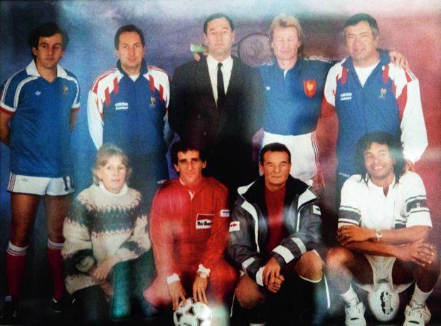 Tableau de champions avant l'Euro 92 : Michel Platini, Gérard Houllier, Philippe Tournon, Jean-Pierre Rives, Henri Emile, Alain Prost, Eric Tabarly, Yannick Noah et sa maman (à g.).