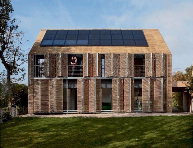 Une habitation à très basse consommation. Extérieur en bambou et panneaux solaires repliables.