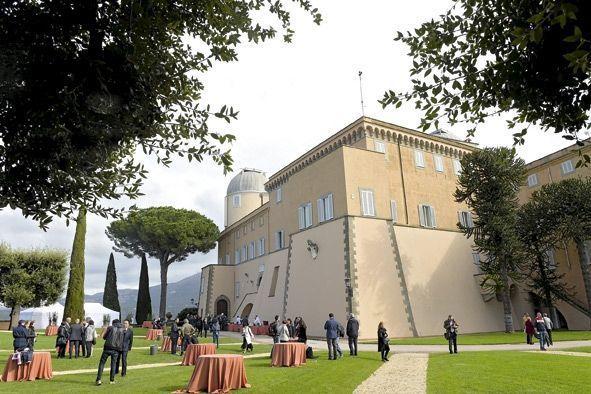 A l'entrée du domaine, un château Renaissance édifié sur les ruines du palais de l'empereur Domitien, à 25 kilomètres au sud-est de Rome.