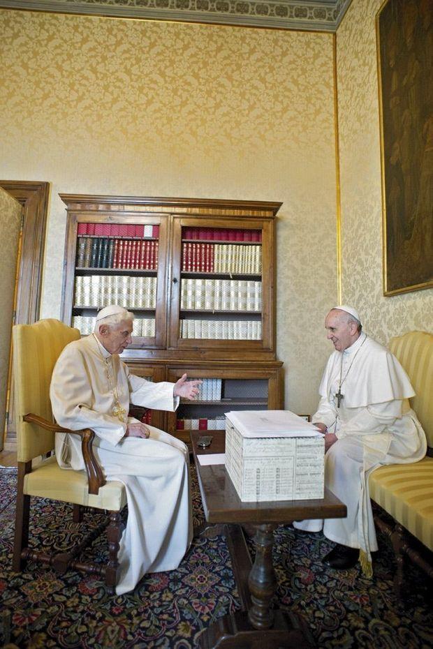 Les deux Papes, Benoît et François, lors de leur entretien en tête à tête, le 23 mars 2013.