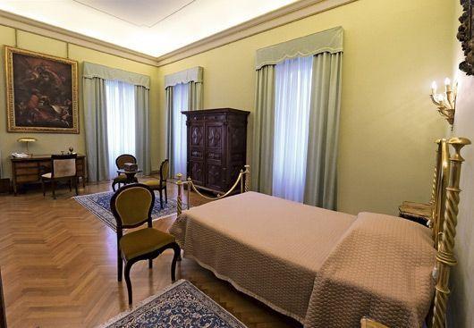 La chambre du pape François. Il n'y séjourne jamais, et préfère rester au Vatican.