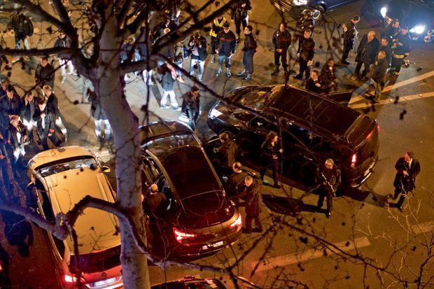 Paris, boulevard Beaumarchais. François Hollande pendant ses déplacements sur les sites des attentats.