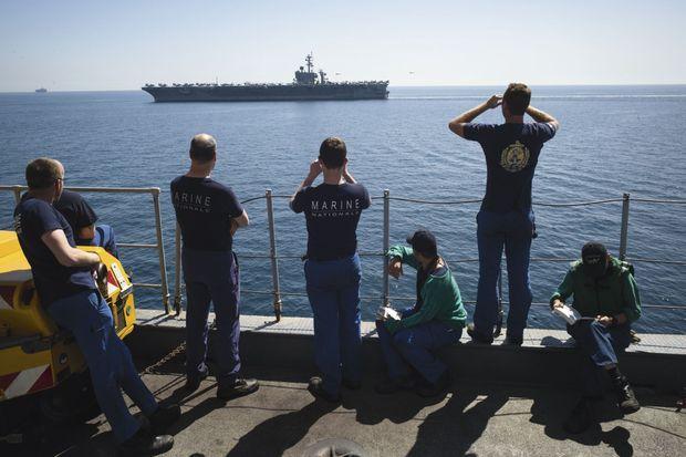 L'équipage du « Charles-de-Gaulle » contemple l' « USS Carl Vinson », dimanche 8 mars. Les deux porte-avions font route ensemble durant une heure pour marquer l'entente franco-américaine.