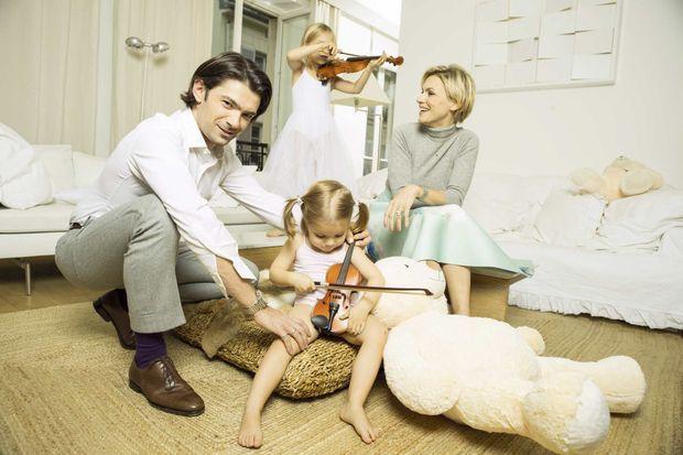 Gautier avec Delphine et leurs deux filles : Fée, 6 ans, et Sissi, 3 ans, qui tient parfois son violon comme un violoncelle.
