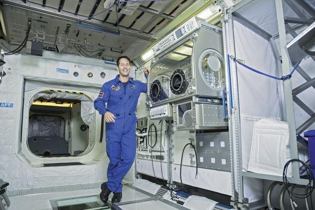 Dans le module d'entraînement, sur le plan horizontal créé pour garder les bonnes habitudes terrestres car, dans l'espace, il perdra tous ses repères.