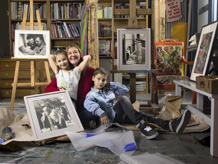 Dans son atelier d'artiste, Eugénie avec ses enfants, Sarah, 7 ans, et Paul, 10 ans.