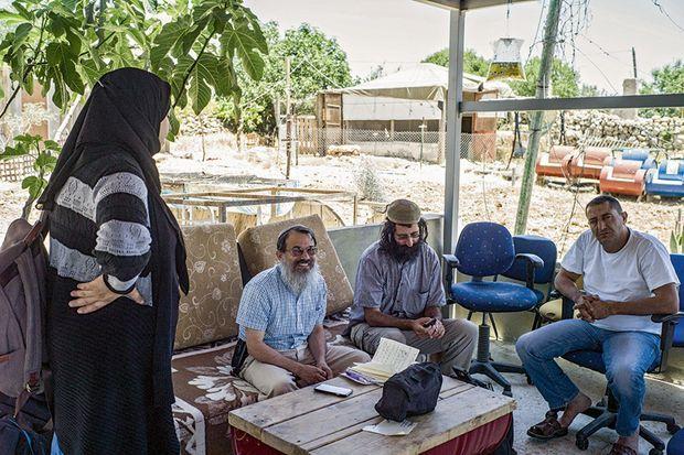 Préparation d'un repas en commun avec le rabbin Schlesinger et Yehuda Shaul (dreadlocks), fondateur de l'ONG Breaking the Silence contre l'occupation.