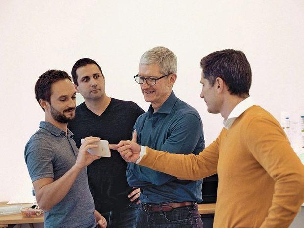 CoachGuitar : 8 employés, 300 000 euros de levée de fonds. Apple : 123 000 salariés, 900 milliards de capitalisation boursière. Tim Cook (chemise bleue), au côté de Boris Douarre (à dr.), de Julien Meyer (2e en partant de la gauche) et Antoine Mercier (1er à g.), les fondateurs de la start-up.