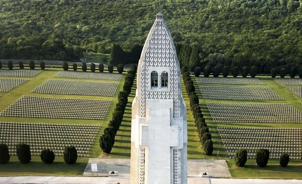 Photographié par un drone pour Paris Match, l'ossuaire de Douaumont offre, du haut de sa tour, une vue panoramique du champ de bataille de Verdun.