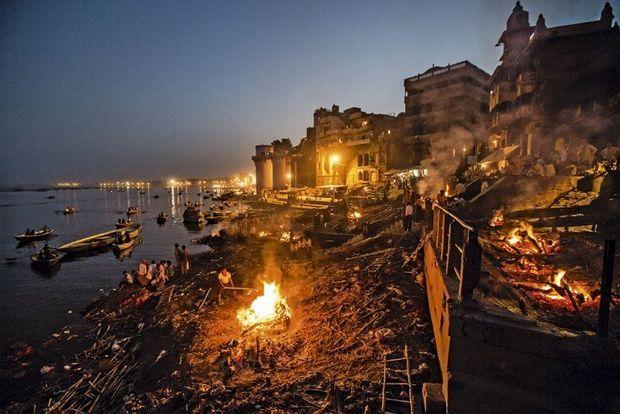 Une vue nocturne de Vanarasi. Les rives du Gange s'illuminent toutes les nuits pour des cérémonies.