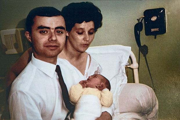En juin 1964, dans la chambre d'une clinique parisienne, avec spn père et sa mère, Jean-Luc a un jour.