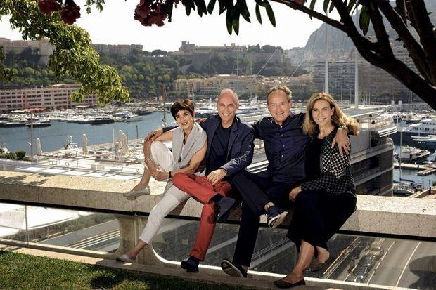 Retrouvailles des aventuriers avec leurs épouses devant le port de Monaco vendredi 29 juillet. De g. à dr.: Michèle et Bertrand Piccard. André et Yasmine Borschberg.