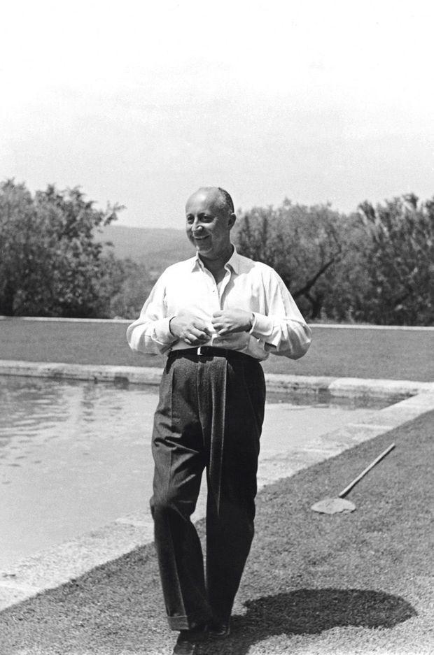 Dior devant le grand bassin qu'il a fait creuser en 1953.