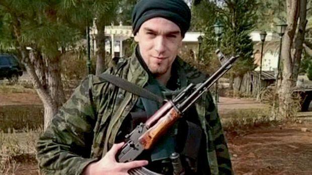 Pendant ses premières semaines dans la province d'Alep, Younès garde la villa où il vit avec ses « frères » du groupe Etat islamique.