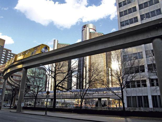 Le Detroit People Mover, monorail qui date de 1987, image en trompe-l'œil d'une gloire déchue. Et la tour General Motors en arrière-plan