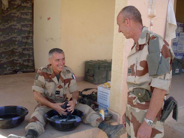 Le général en train de faire sa lessive dans son PC de campagne, pendant l'assaut contre le massif des Ifoghas