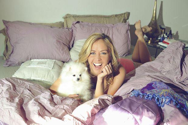 Enora Malagré avec son chien Ginette.