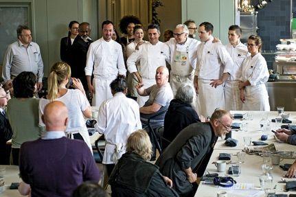 Alain Ducasse et ses seconds ont délaissé pour un moment le Plaza Athénée et le Dorchester afin de mettre leurs talents au service du Refettorio Felix et de ses précaires.