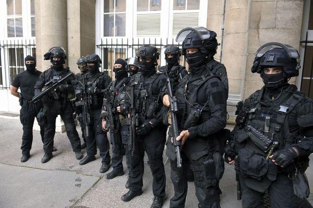 En tenue d'intervention, avec les fusils d'assaut HK416 et les pistolets-mitrailleurs MP7 qu'ils ont reçus après le drame de 2015.