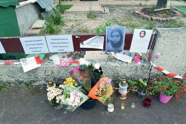 Un mois après l'assassinat de Chahinez, devant chez elle. en dix ans, officiellement près de 1400 femmes ont été tuées par leur compagnon ou ex-conjoint.