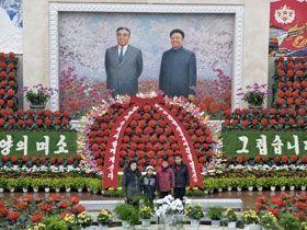 Le 16 février, anniversaire de Kim-Jong-il, est un jour de fête, celui du Festival de la Kimjongilia, un bégonia rouge baptisé en son honneur. Il est alors bienvenu de poser devant les portraits des leaders, père et fils.