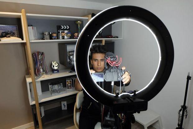 Dans sa chambre, Edouard enregistre des vidéos qu'il poste sur