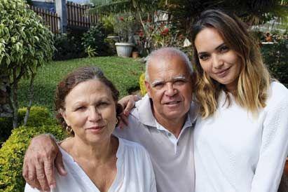 Valérie avec ses parents Marie-Jeanne et André, dans leur maison familiale, près de Saint-Leu, en juillet 2015