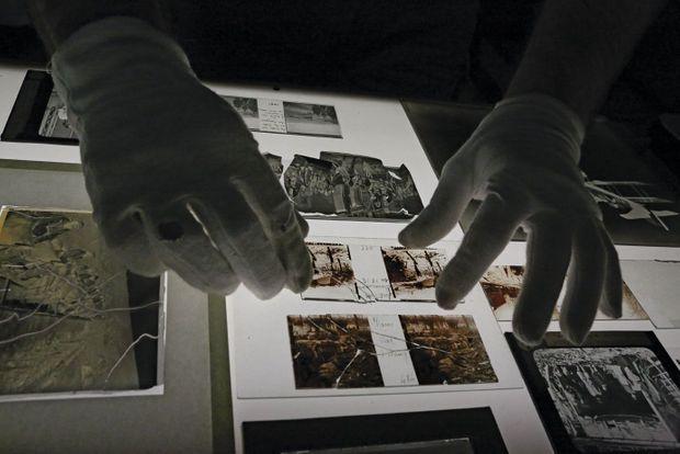 La restauration des clichés d'époque: un travail de précision pour les trois experts de l'atelier photo de l'ECPAD.