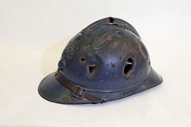 Casque Adrian 1915. Tôle d'acier laminée de 7/10 de millimètre, 670 grammes. les premiers étaient peints en bleu éclatant, une cible si parfaite queles fantassins les badigeonnaient de boue.