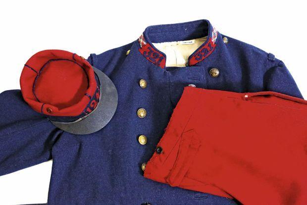 Vareuse bleue et fameux pantalon garance, ayant appartenu à un soldat du 321e RI: la cible idéale. Les poilus le maculent de boue pour le rendre moins voyant.