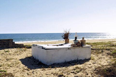 Une tombe déglinguée sur une plage désertée par les touristes.