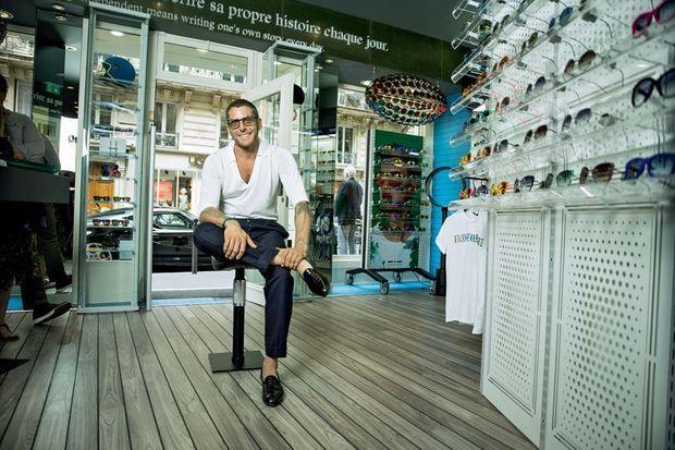 Lapo Elkann dans sa boutique de lunettes, rue du Four, à Paris.
