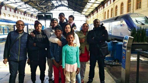 Ardani Soihibou avec une partie de sa famille sur le quai de la gare Saint-Charles.