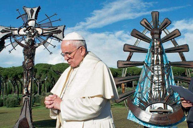 Le pape François en prière devant les sculptures de son ami Alejandro Marmo.