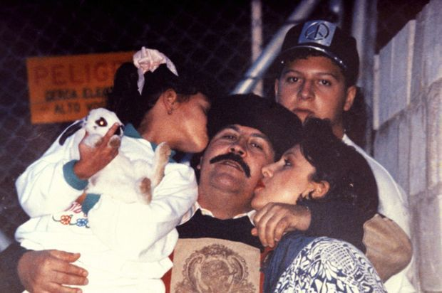 Peu après son évasion de la « Cathédrale », la prison de Medellin, en juillet 1992. Entouré de sa femme et de sa fille, Manuela. Derrière, leur fils, Juan Pablo.