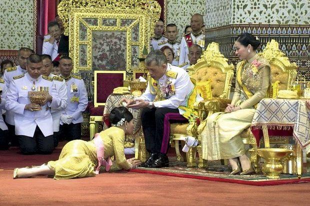 """Au palais royal de Bangkok, lors du couronnement le 4 mai 2019. Prosternation rampante devant le """"devaraj"""" (roi-dieu) et sa quatrième femme, Suthida, épousée trois jours avant."""