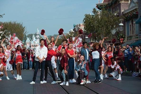 """En piste avec la bande de """"HSMTMTS"""", lors de la parade de Noël du parc Disneyland, en Californie, le 25 décembre 2019."""