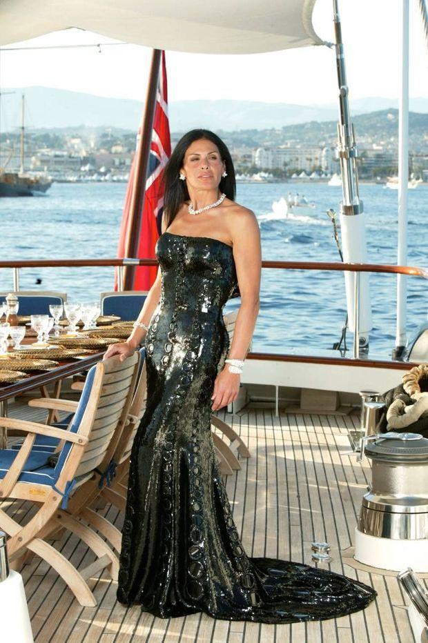 Cannes, mai 2003, la milliardaire Mouna Ayoub pose sur le pont du bateau qu'elle a racheté en 1997.