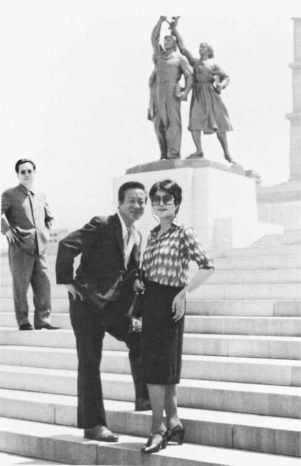 Shin Sang-ok et Choi Eun-hee sous surveillance au pied d'une statue officielle à Pyongyang en 1983.