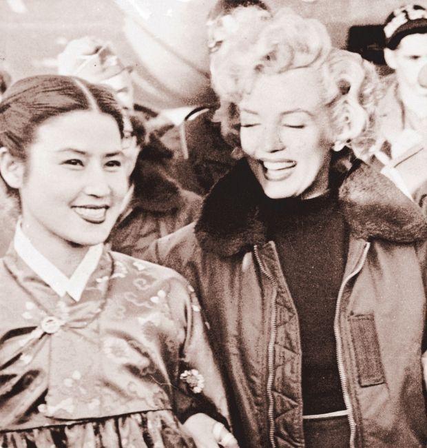 Séoul, en 1954, Choi est au côté de Marilyn Monroe, partie en tournée au lendemain de la guerre de Corée.