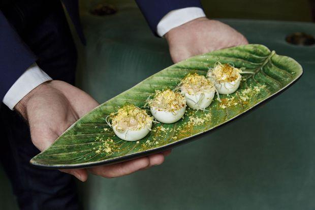 Le chef a créé une collection d'oeufs mimosa, et une carte qui rend hommage à la Riviera : poissons de la Méditerranée, légumes et fruits du soleil...