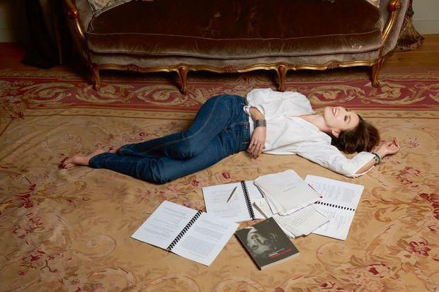 Dans son appartement parisien. Au sol, « Fragments », écrits intimes de Marilyn Monroe, son idole, et des manuscrits de films qu'elle annote. Elsa sera bientôt à l'affiche d'« Un sac de billes » avec Patrick Bruel.