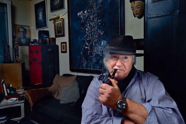 Un petit côté Jean Richard dans son atelier, entouré de ses créations.
