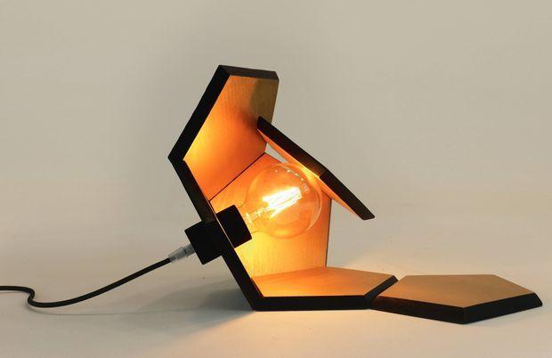 Lampe en bois brûlé d'essences variables et peinture or, DOD, 440 €.