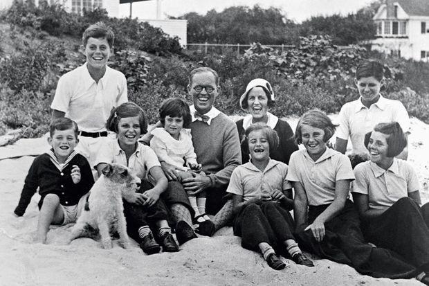 A Hyannis Port en 1931. De gauche à droite : Bobby devant, John, Eunice, Jean Ann sur les genoux du père, Joe, près de sa femme, Rose, Patricia, Kathleen et, devant Joe Jr., Rosemary à 13 ans. Ne manque que Teddy, née en 1932.