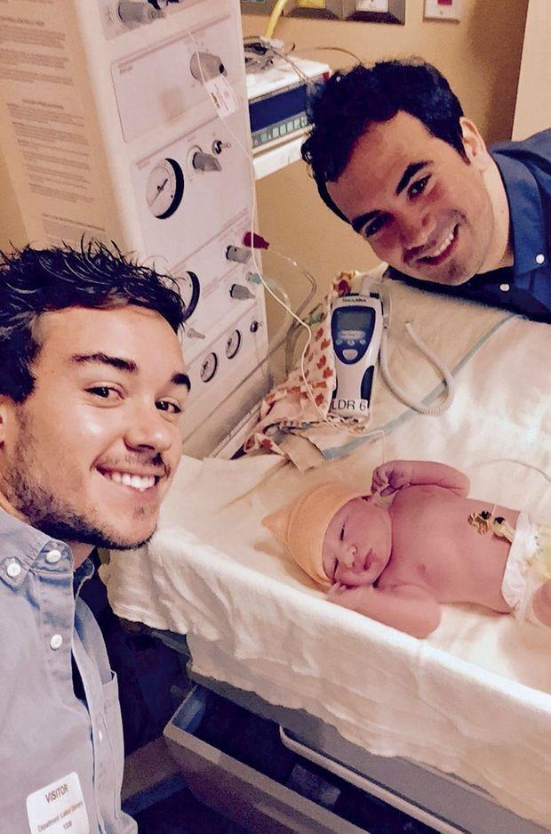 Alex avec son compagnon Romain, le jour de la naissance de leur enfant.