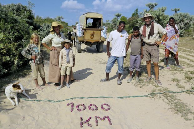 Fin juin, la ligne symbolique des 1 000 kilomètres est franchie. Elle est écrite au sol avec des fruits de cactus.